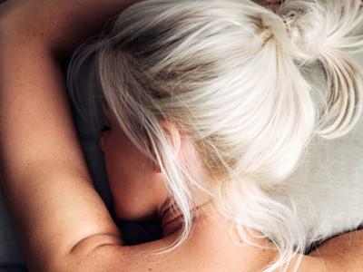 Ako súvisí nedostatok spánku s alkoholom